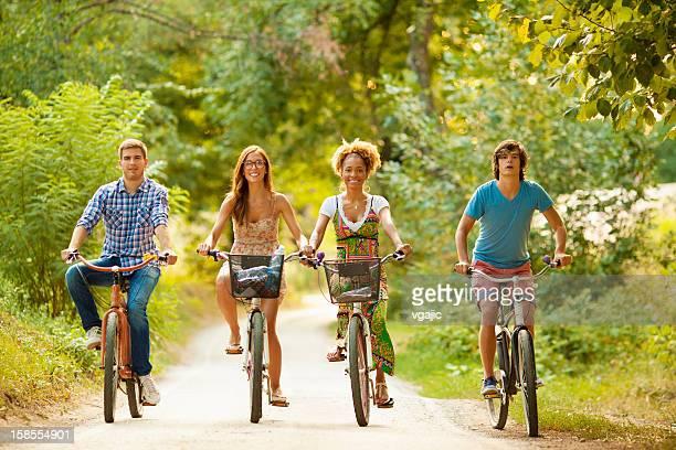 Heureux amis équitation vélos dans la nature.
