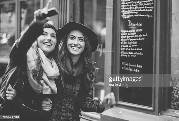 Glückliche Freunde Sightseeing in Paris
