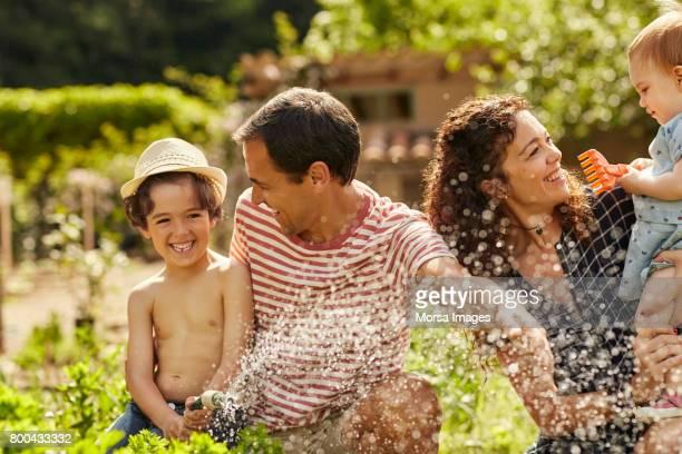 glada vänner spenderar fritiden med barn - four people bildbanksfoton och bilder