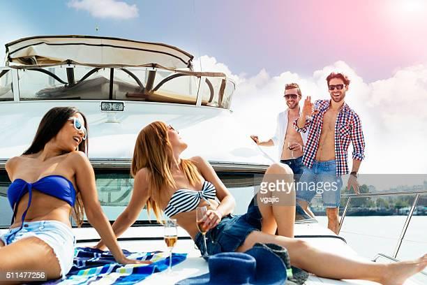 Heureux amis prendre un bain de soleil sur un yacht.