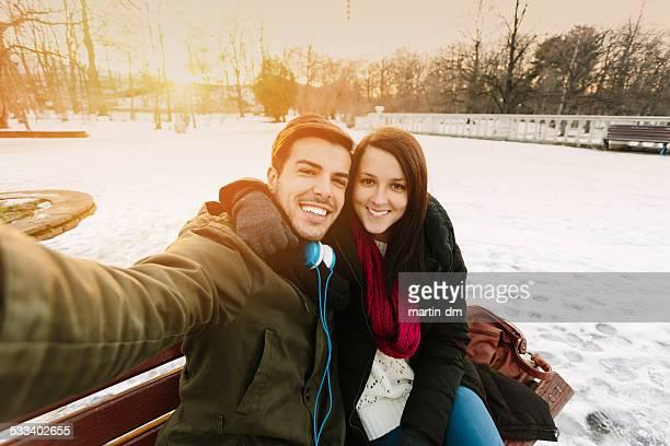 Glückliche Freunde, die ein selfie zusammen