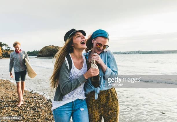 happy friends with drinks on the beach - taking a shot sport - fotografias e filmes do acervo