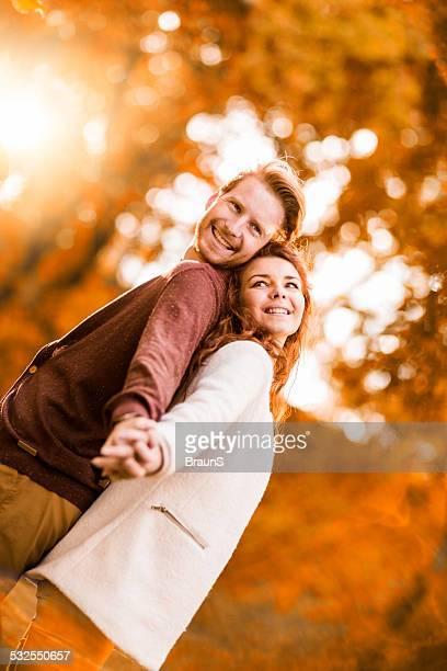 Heureux couple en automne au gingembre.