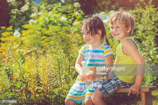 feliz menina e menino ao ar livre do verão - somente crianças - fotografias e filmes do acervo