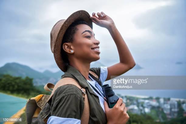 gelukkige meisjesklimmer op onderbreking - reisbestemmingen stockfoto's en -beelden