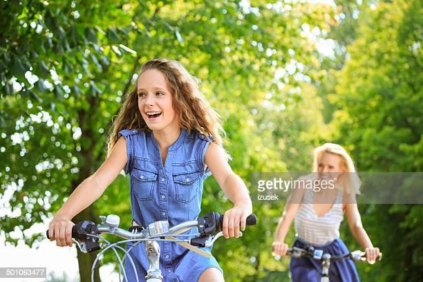 glückliche mädchen radfahren - izusek stock-fotos und bilder