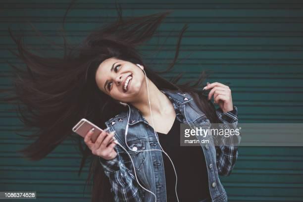 happy girl dancing - gogo danseuse photos et images de collection