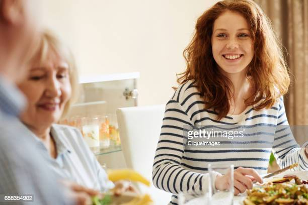 happy girl dining with family - jeune fille rousse photos et images de collection