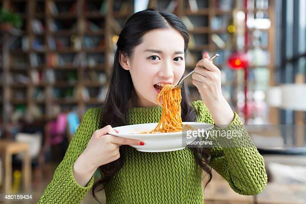 happy girl Dégustez des pâtes