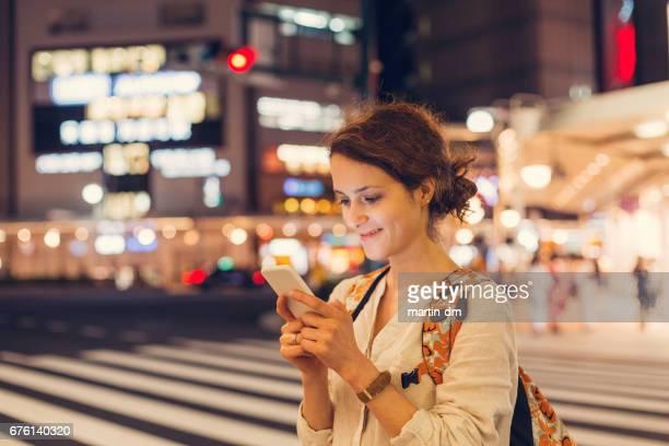 Glückliche Mädchen genießen wird in Japan