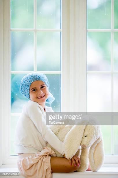 Happy Girl dans la fenêtre
