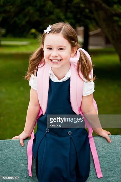 happy girl crèche les premiers jours d'école - écolière photos et images de collection