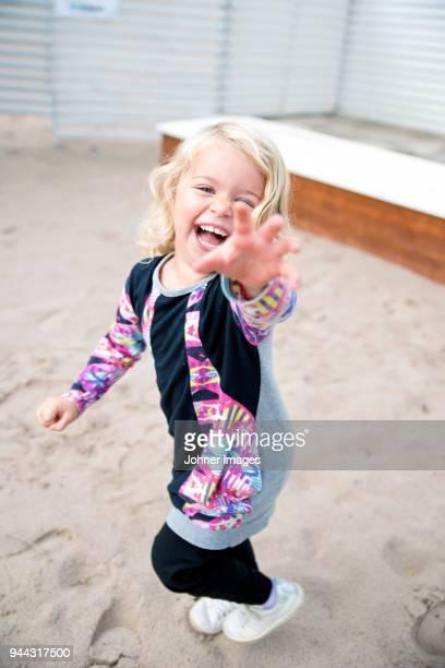 happy girl on sand - solo bambini foto e immagini stock