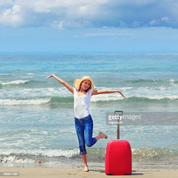Fille heureuse sur les vacances à la mer