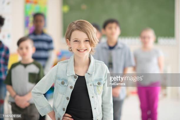 ragazza felice in posa - foto di classe foto e immagini stock