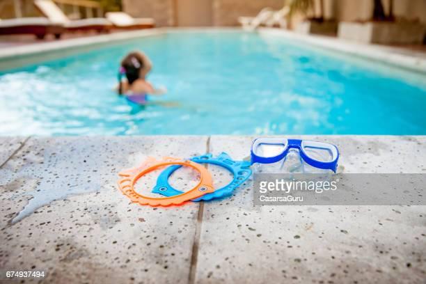 Glad tjej bad i bubbelpool