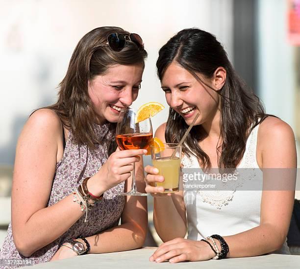 Glückliche Mädchen Anstoßen an der bar