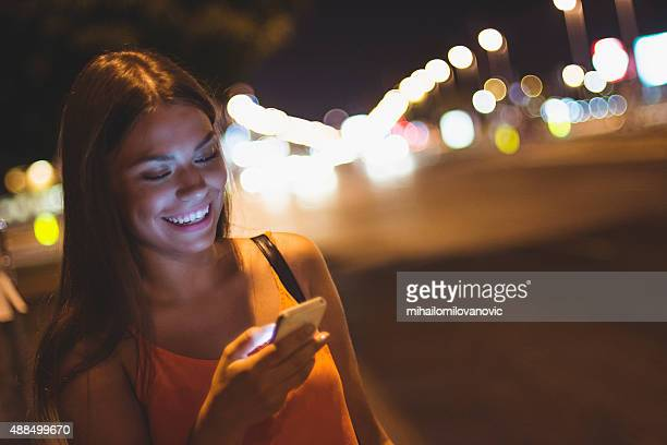 Glückliche Mädchen mit ihrem Handy