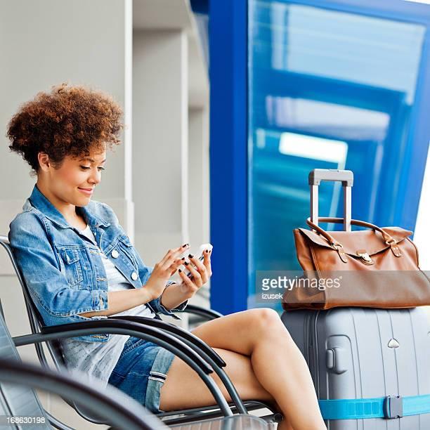Glückliche Mädchen wartet Flug