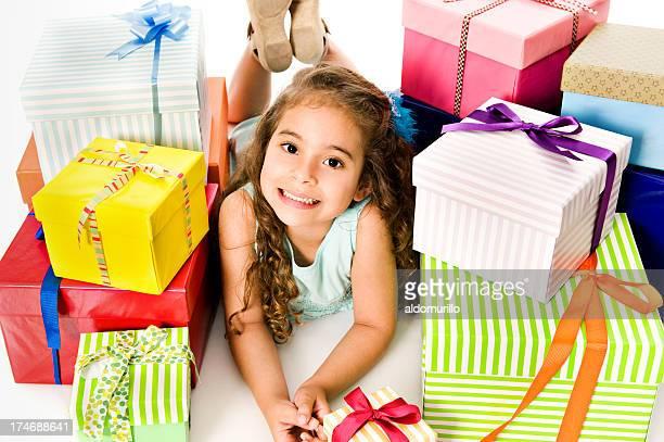 Feliz Chica con un montón de regalos