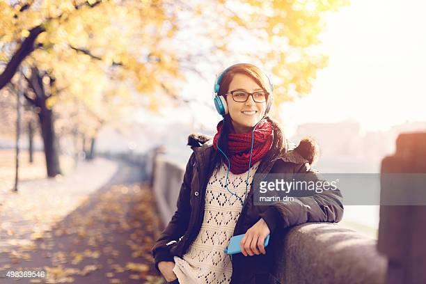 Glückliche Mädchen mit mp3-player in der city park