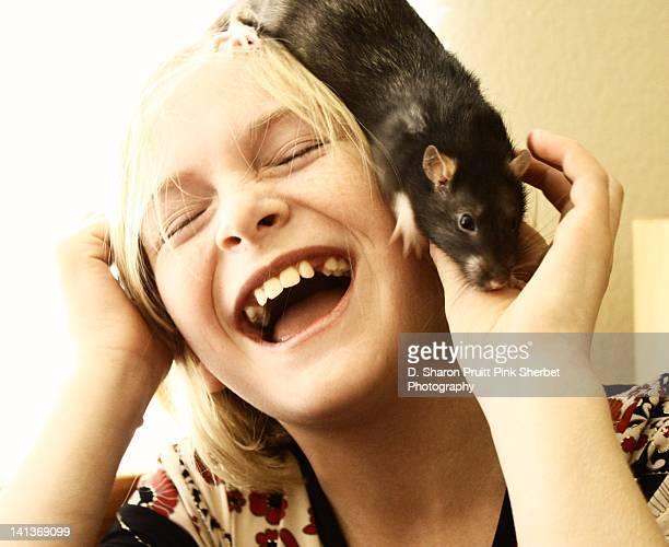 happy girl with rat on head - gedomesticeerde dieren stockfoto's en -beelden