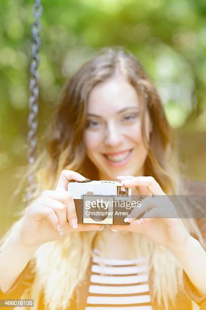 幸せな女性にレトロなカメラの公園