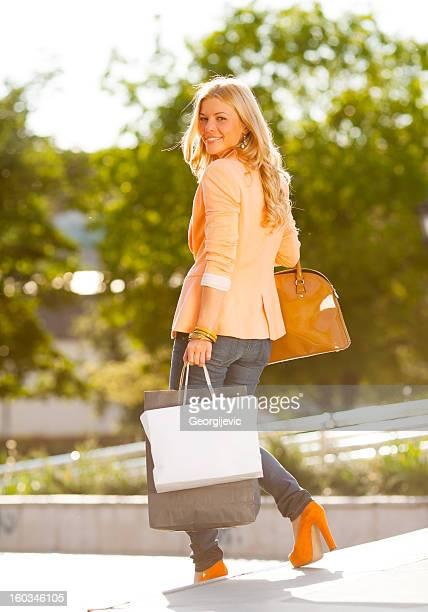 Glückliche Mädchen mit Einkaufstasche