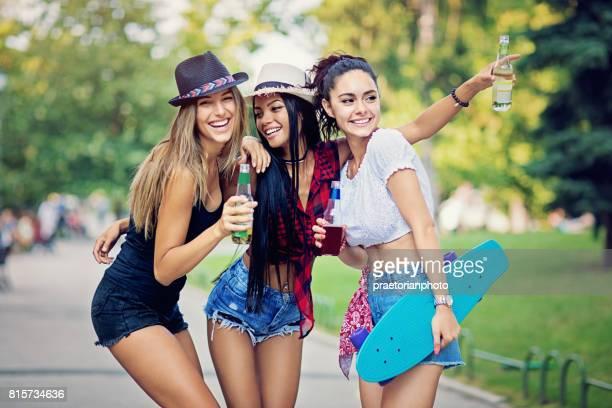 Heureuse copines sont promènent dans le parc et se moquer ensemble