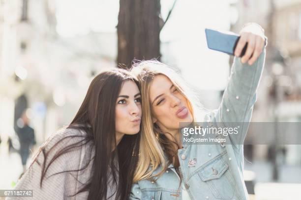 Glücklich Freundinnen, unter Selfies, Spaß im Freien. Belgrad, Serbien, Europa