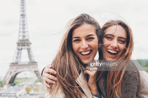 Copines heureuse avec tour Eiffel