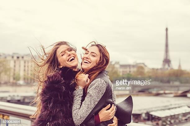 Glückliche Mädchen Genießen Sie Paris zusammen