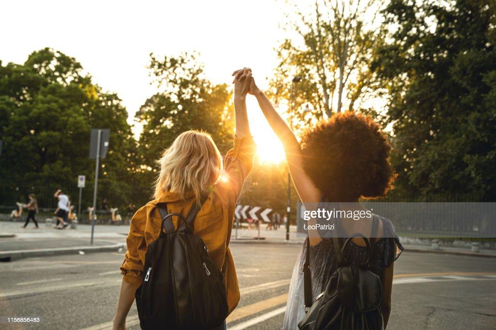Gelukkige meisjes gaan naar een concert in Milaan : Stockfoto