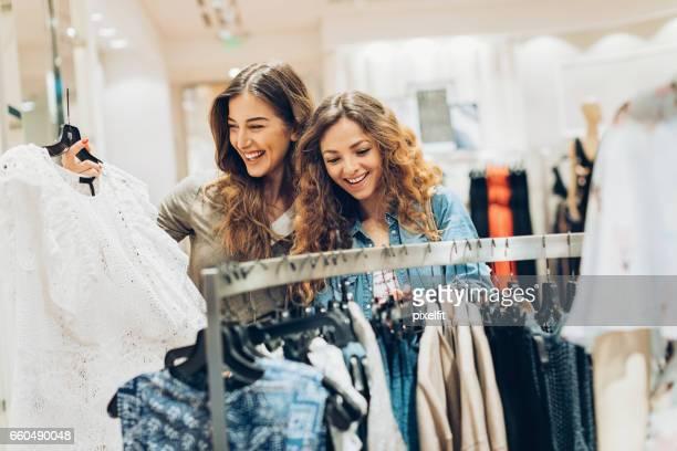 Glückliche Mädchen in der Fashion-store