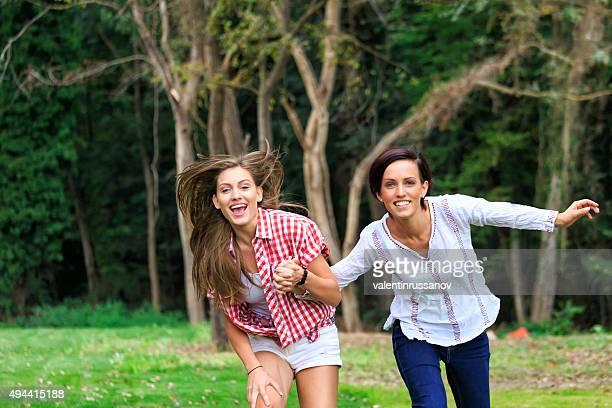 Chicas felices corriendo en el parque