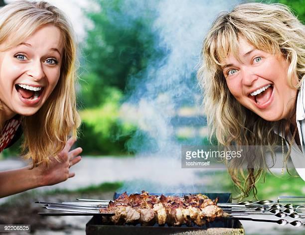Glückliche Mädchen nahe dem Grill