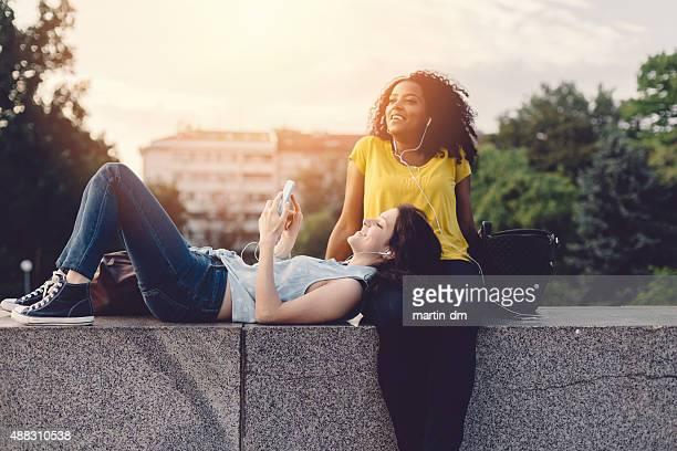Happy girls en un receso en la ciudad