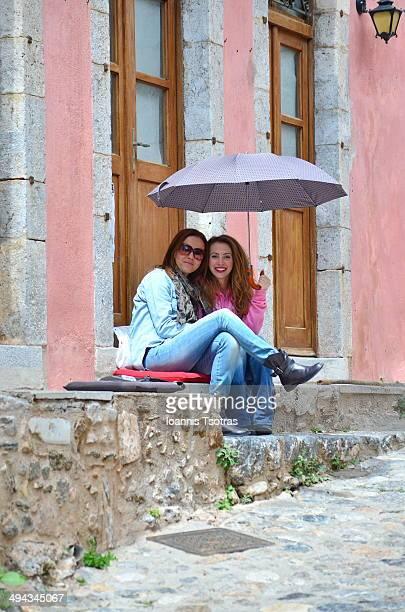 happy girls with umbrella - monemvasia - fotografias e filmes do acervo