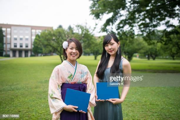 芝生のフィールドで幸せな卒業生