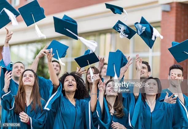 Glücklich Studenten Doktorhut werfen Graduierung Hüte in die Luft.