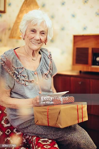 Heureuse grand-mère à la maison