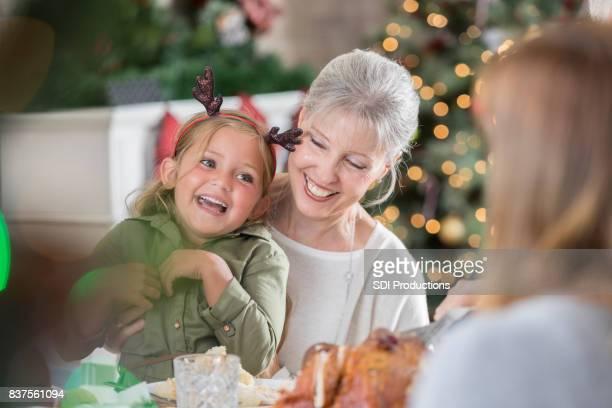 Glückliche Großmutter verbringt Weihnachten mit ihrer Enkelin