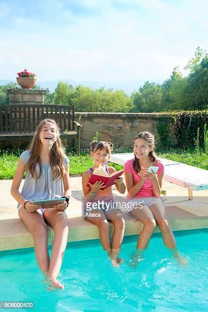 Glückliche Gruppe de Kind Spielen auf den Swimmingpool