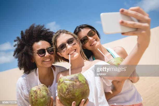 feliz grupo de mulheres brasileiras, tendo uma selfie no deserto - photo messaging - fotografias e filmes do acervo