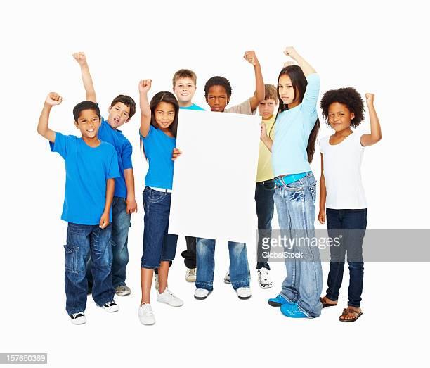Felice gruppo di bambini con la mano alzata tenendo un banner