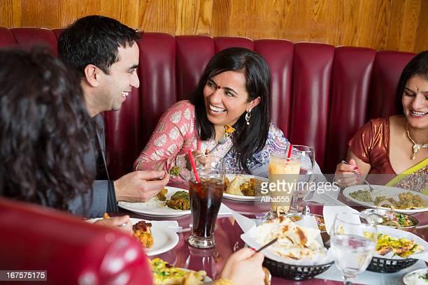 幸せなグループのご友人とご一緒に、インド料理レストラン