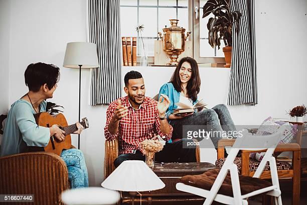 Felice Gruppo di amici cantando insieme e suonare la musica