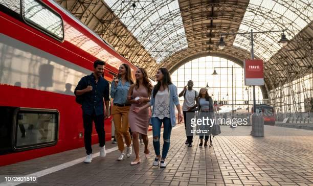 feliz grupo de amigos viaja en tren - moscú fotografías e imágenes de stock