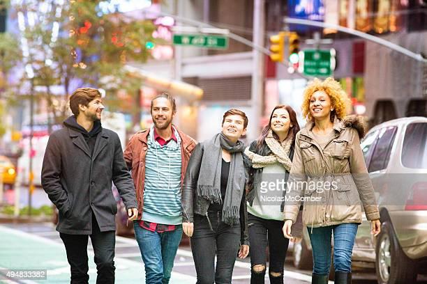 Heureux groupe d'amis en visite à Manhattan durant l'automne