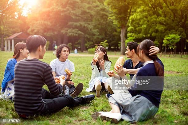 幸せなグループのご友人とのお食事には、東京の公園 - 余暇 ストックフォトと画像